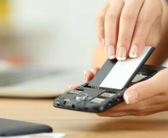 Menggunakan Handphone