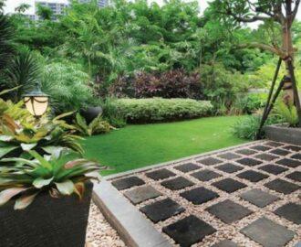 Taman Belakang Rumah Dengan Pola Batu Alam Dengan Batu Kerikil Indah