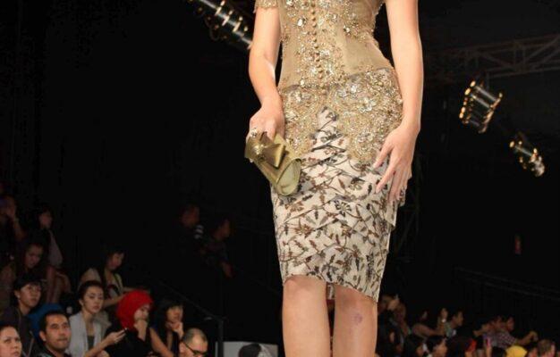 Model Baju Dress Pendek Untuk Pesta Warna Emas Dengan Aksen Batik